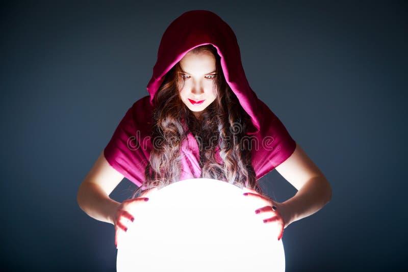 Indovino che guarda in Crystal Ball magico fotografia stock libera da diritti