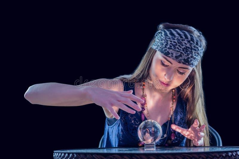 Indovino che per mezzo della sfera di cristallo immagine stock