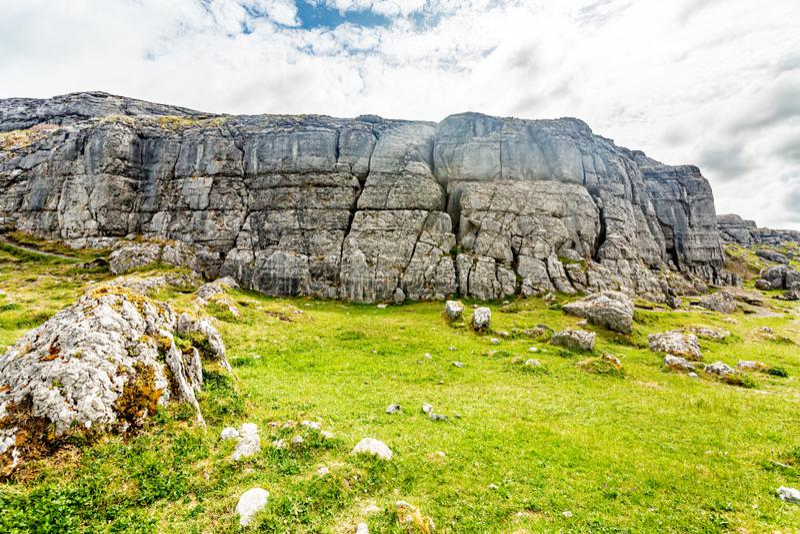 Indrukwekkend karst landschap in Caher-vallei en Zwart Hoofd stock fotografie