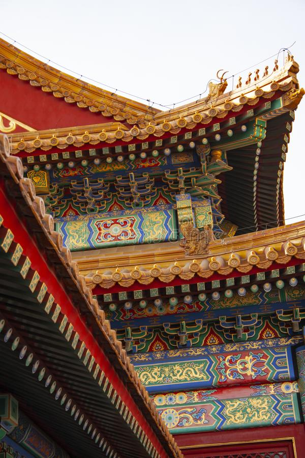Indrukwekkend kleurrijk gedetailleerd dak van de verboden stad in Peking, China De kleuren van de daken, de dakwerkmaterialen en  stock foto