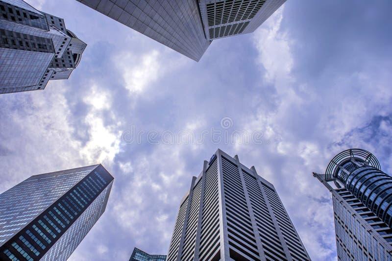 Indrukwekkende stedelijke mening over centrale economische sector van modern wolkenkrabbers en gebouwensymbool van financiële mac royalty-vrije stock foto's