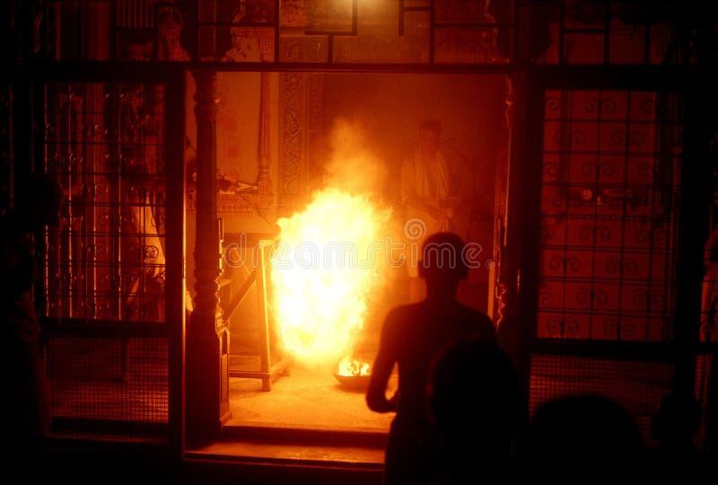 1977 indu Holika ogień w Hinduskiej świątyni noc przed Holi festiwalem fotografia stock