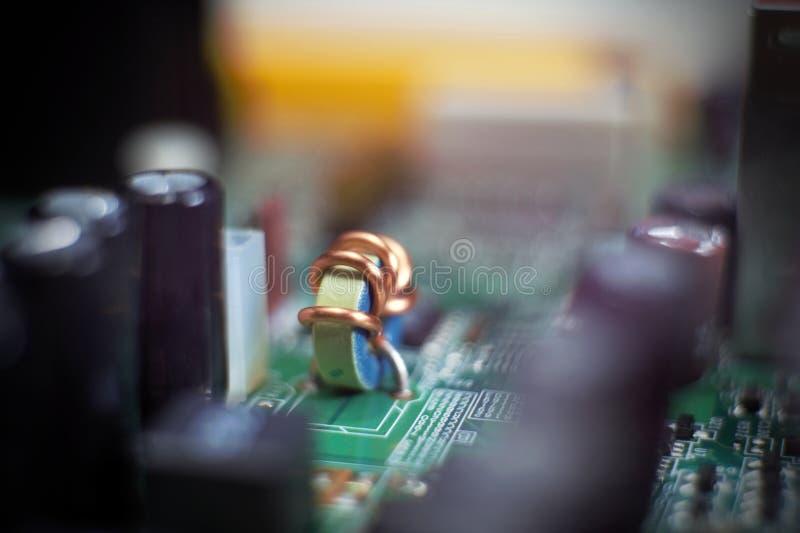 Inductor op elektronische kring wordt geïnstalleerd die royalty-vrije stock foto