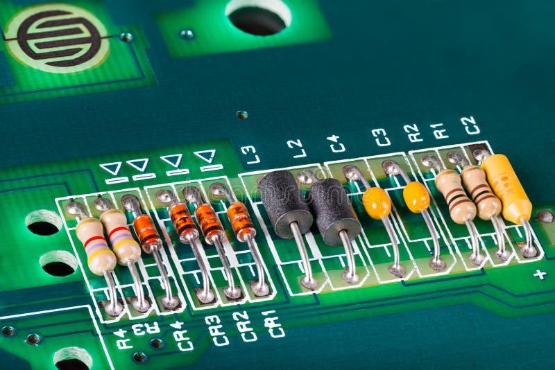 Induktionsapparater, kondensatorer, motstånd och dioder på PCB arkivfoton