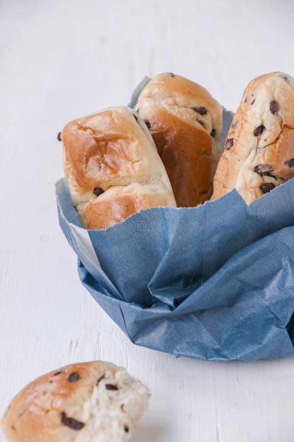 Indulgencia: bolsa de papel con los mini panes del bollo de leche foto de archivo