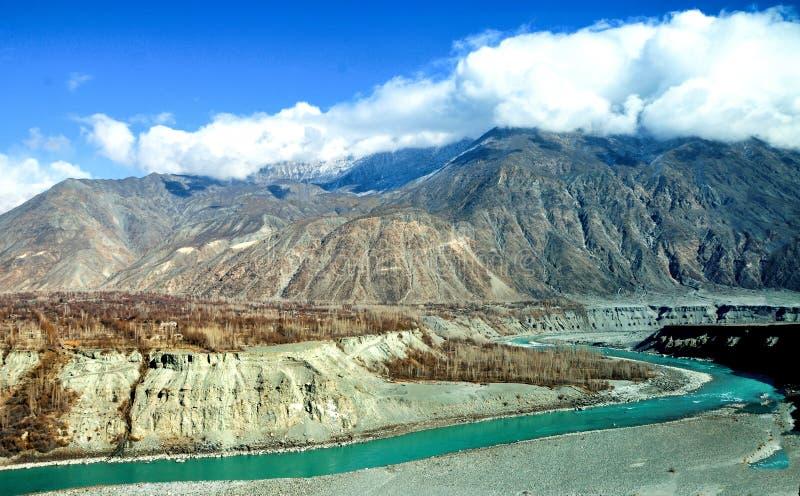 Indus River i det Karakoram bergområdet i den pakistanska Gilgit-Baltistan regionen arkivfoton