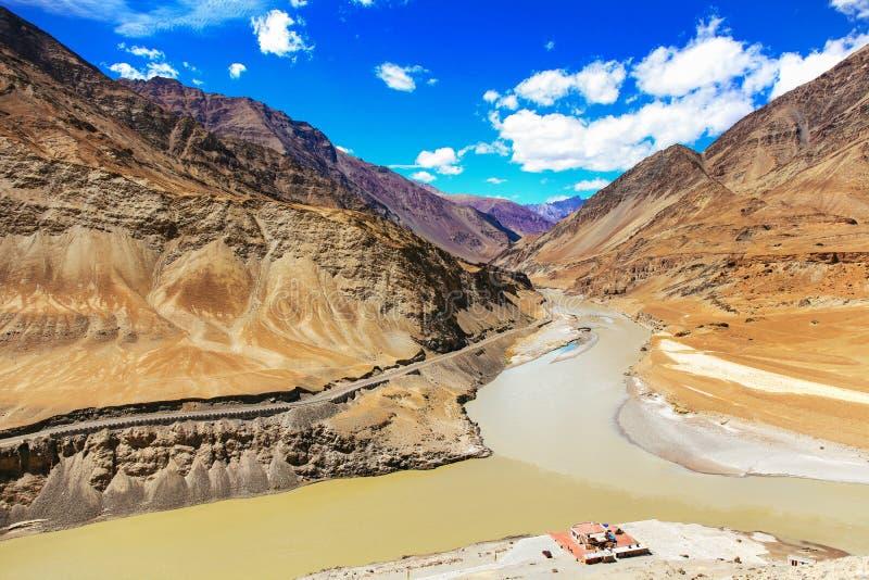 Indusrivier aan een andere rivier in Leh, India wordt verbonden dat royalty-vrije stock fotografie