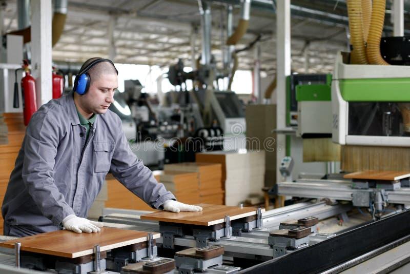 Industriële arbeid - hout en meubilairfabriek royalty-vrije stock afbeeldingen