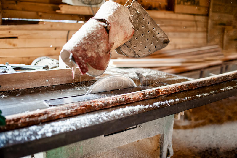 Industriële cirkelzaag in houten productiefabriek stock fotografie