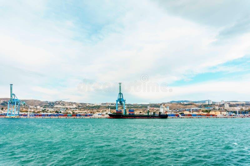 Industriële cityscape, mening van ladingszeehaven van het overzees stock foto