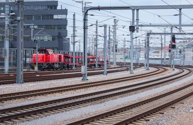 Industriële cityscape - Spoorwegsporen in het stadscentrum dichtbij hoofdstation van Wenen - Wien Hauptbahnhof royalty-vrije stock foto's