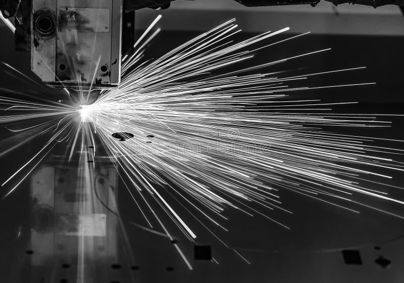 Industriële de vervaardigingstechnologie van de laser scherpe verwerking van het staalmateriaal van het vlak bladmetaal met vonke royalty-vrije stock foto