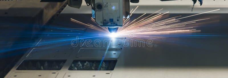 Industriële de vervaardigingstechnologie van de laser scherpe verwerking van het staalmateriaal van het vlak bladmetaal met vonke stock afbeeldingen