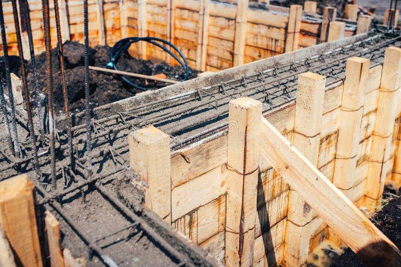 Industriële details van huisbouw - ontwikkeling van nieuwe stichting met staalbars en beton stock foto