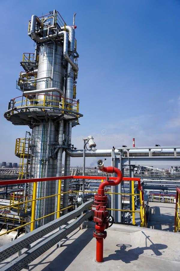 Industriële die brandkraan op het technologische materiaal van de raffinaderij wordt gericht royalty-vrije stock fotografie