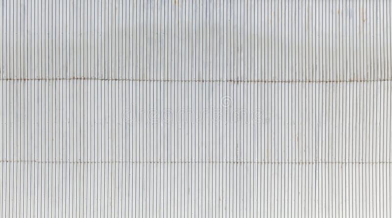 Industriële die muur van golfmetaal wordt gemaakt stock foto
