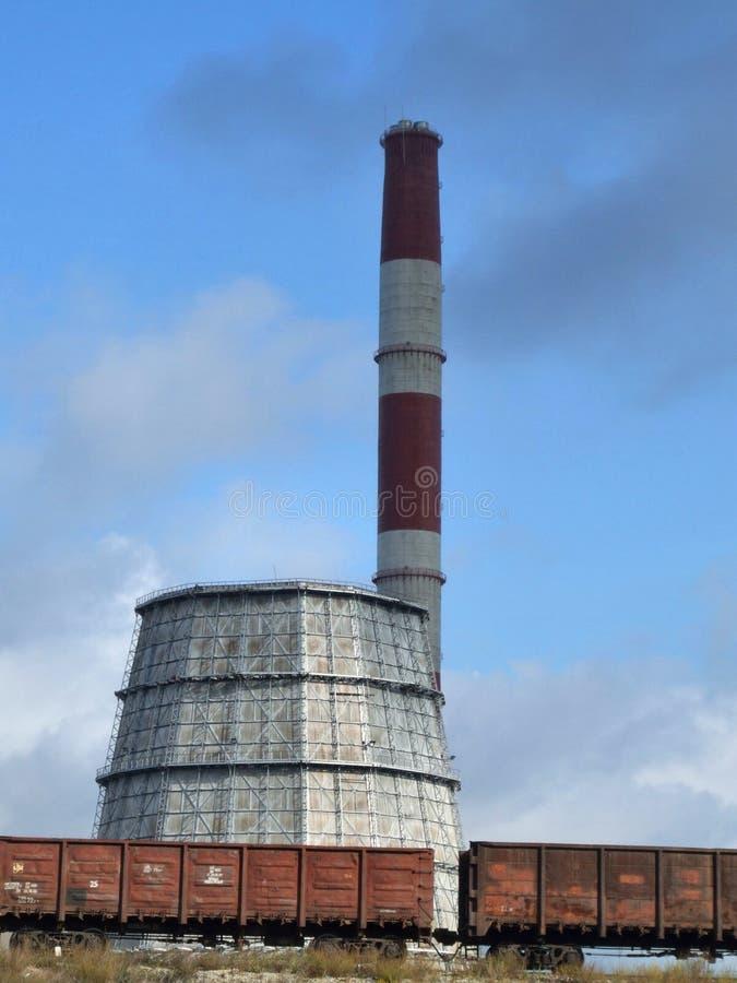 Industriële fabriek en ladingstrein royalty-vrije stock foto