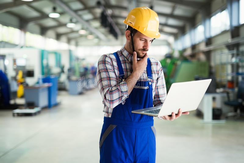 Industriële fabriekswerknemer die in metaal verwerkende industrie werken stock foto