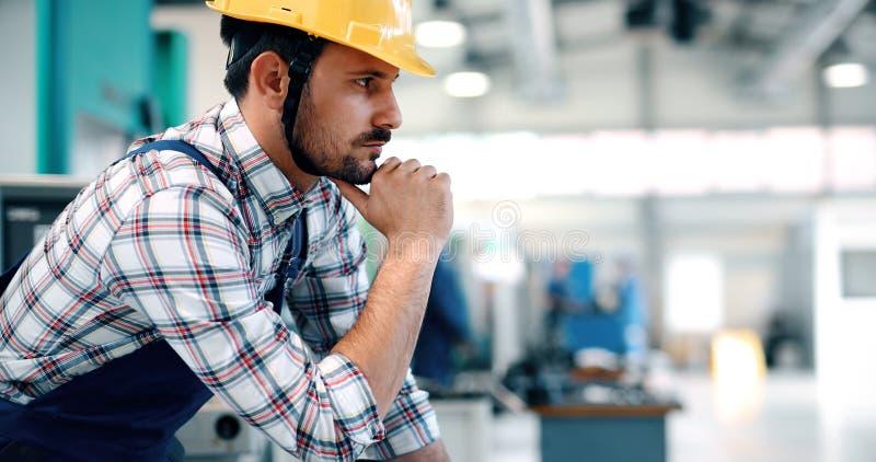 Industriële fabriekswerknemer die in metaal verwerkende industrie werken stock afbeeldingen