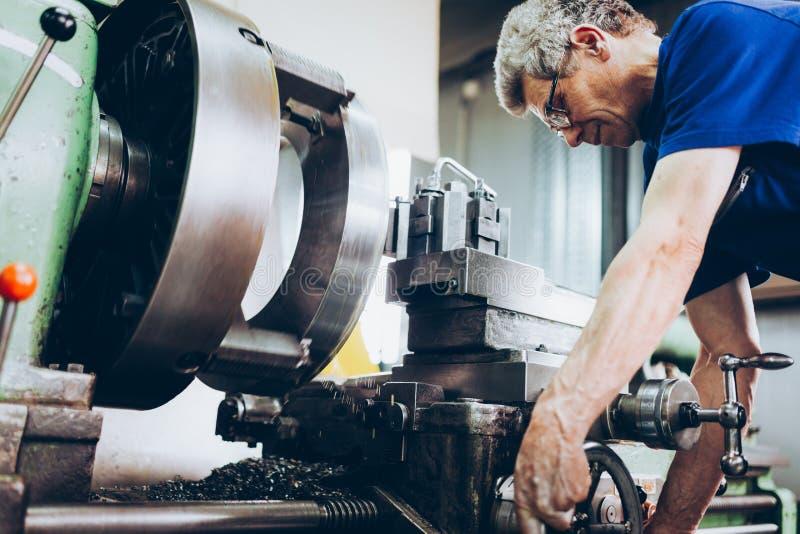 Industriële fabriekswerknemer die in metaal verwerkende industrie werken stock afbeelding