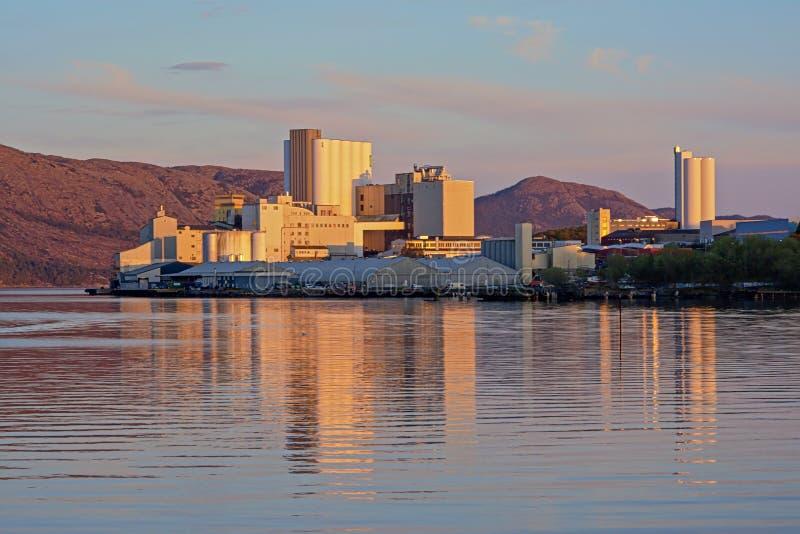 Industriële gebouwen van de haven van Stavanger in zonsonderganglicht royalty-vrije stock afbeeldingen