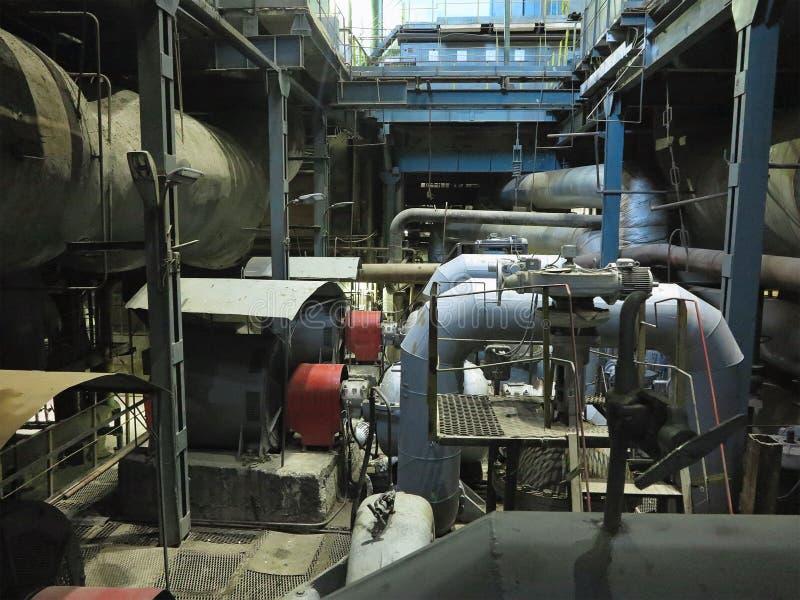 Industriële grote waterpompen met elektrische motoren, pijpen, buizen, materiaal en stoomturbine bij elektrische centrale royalty-vrije stock foto