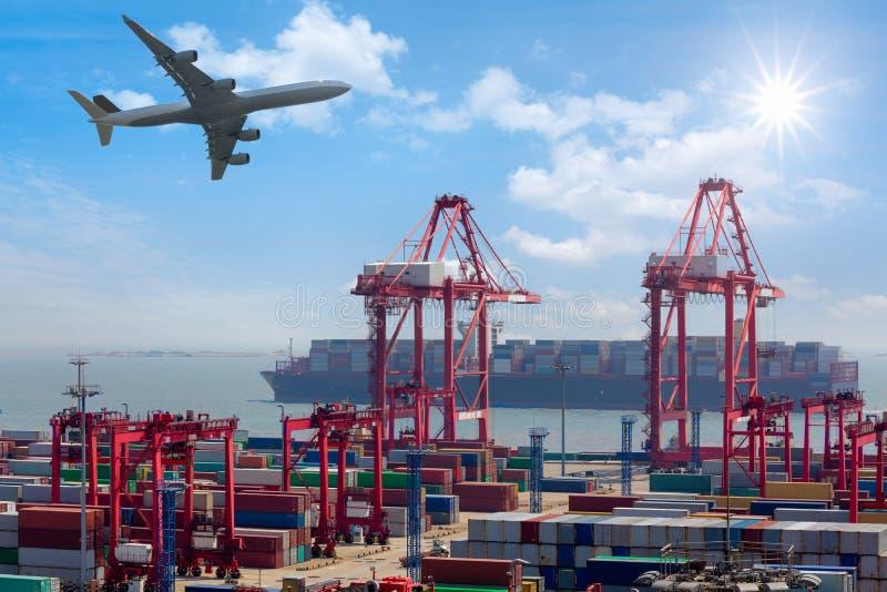 Industriële haven met containers stock afbeelding