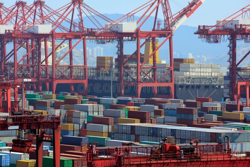 Industriële haven met containers stock foto