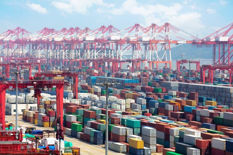Industriële haven met containers stock afbeeldingen