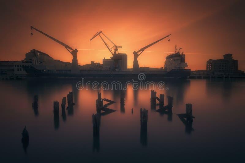 Industriële haven met schip en kranen in Zorrozaurre stock foto