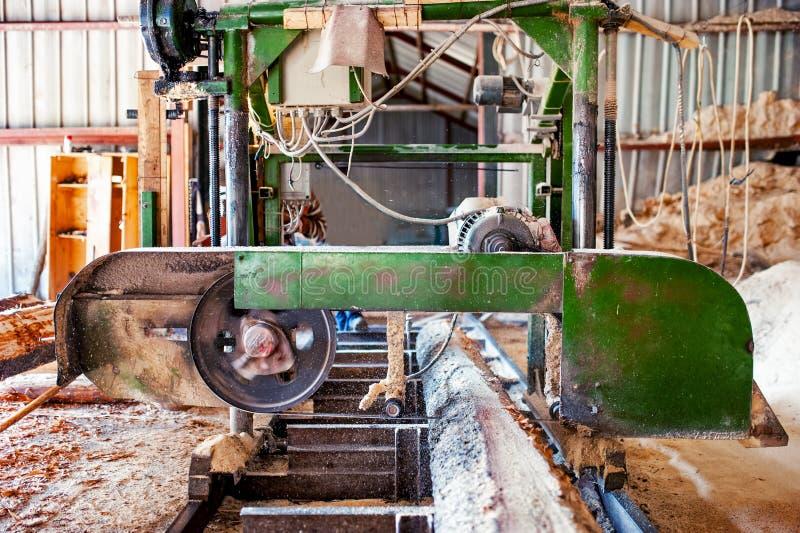 Industriële houten fabriek - lintzaagzaagmolen stock foto's