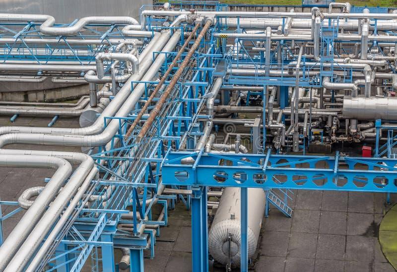 Industriële infrastructuur in de fabriek Pijpen en transmissiesystemen voor brandstoffen en technische gassen stock afbeelding
