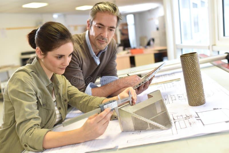 Industriële ingenieurs die op een project workking stock fotografie