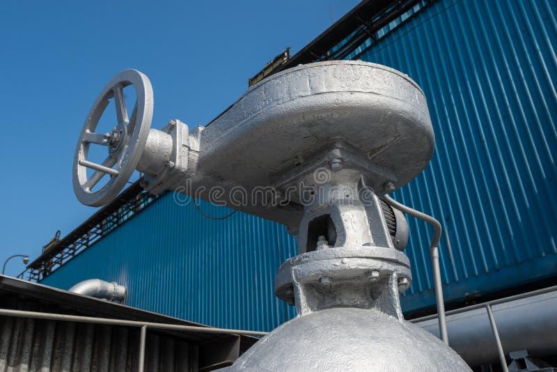 Industriële klep op waterpijpleiding stock afbeeldingen