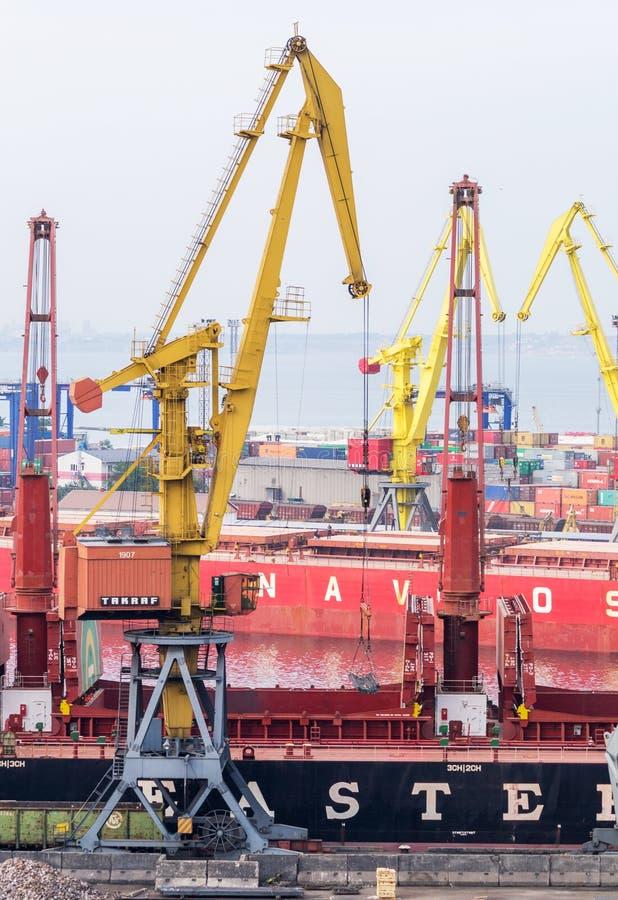Industriële kraan en vrachtschepen in Marine Trade Port royalty-vrije stock foto's