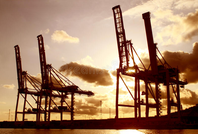 Industriële ladingskranen bij zonsondergang royalty-vrije stock foto