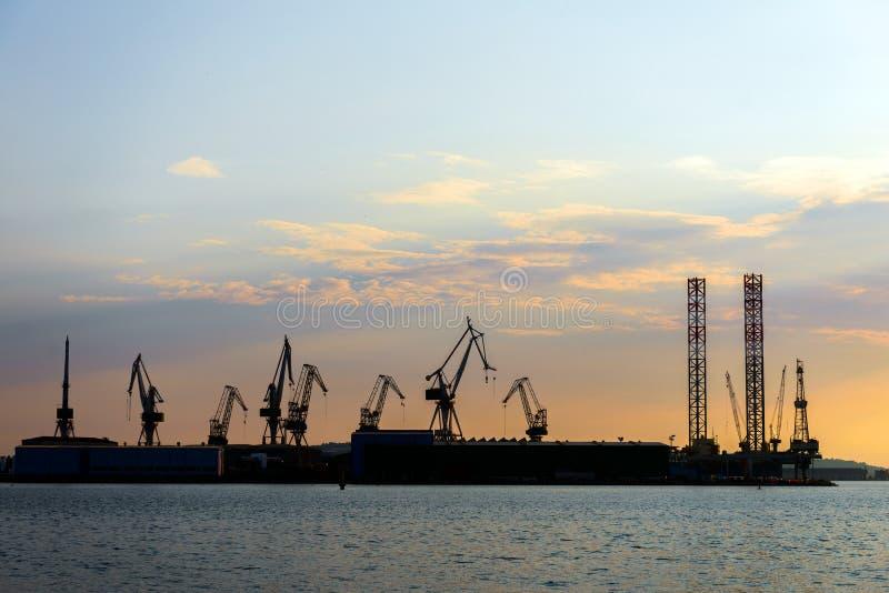 Industriële ladingskranen in het dok royalty-vrije stock fotografie