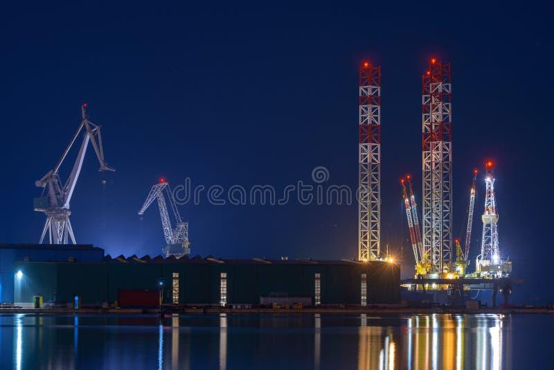 Industriële ladingskranen in het dok stock foto