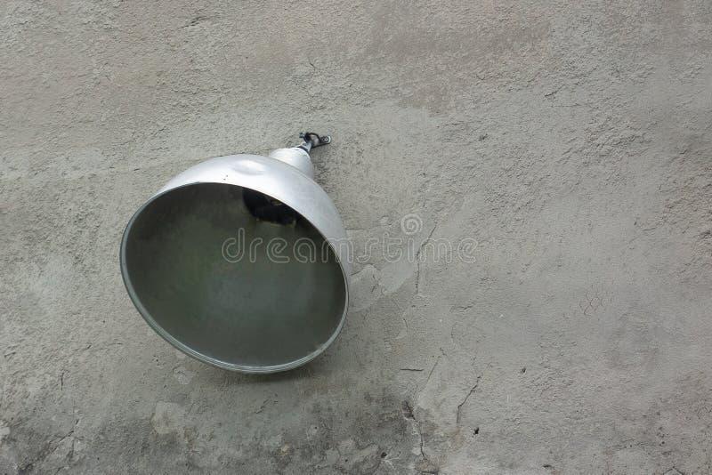 Industriële lantaarn of straatlantaarn op concrete de bouwmuur De zilveren reflector van verlichtingssysteem wordt geschroeft aan stock foto