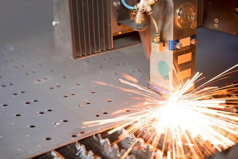 Industriële laser die gaten in metaalblad maken royalty-vrije stock fotografie
