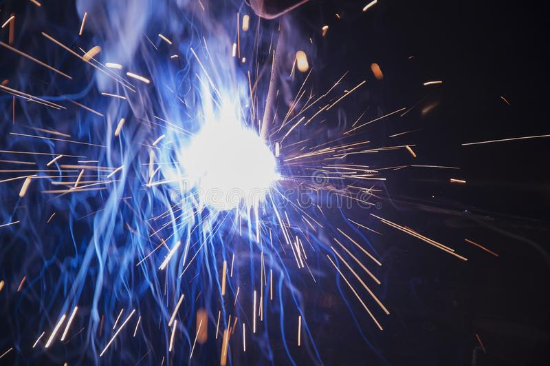 Industriële lassen van werknemers en onderdelen van de ijzerconstructie Proces door handlassen Splatter royalty-vrije stock foto