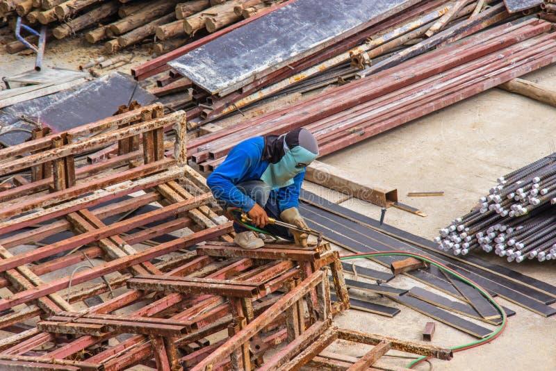 Industriële lassenarbeider voor de bouw van het staalwerk in de gebiedsbouw met Lassenprocédé door Beschermd MetaalBooglassen royalty-vrije stock fotografie