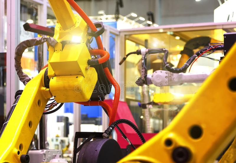 Industriële lijn met gele robots bij kanten, productie en de verwerking van metaaldelen, slective nadruk royalty-vrije stock foto's