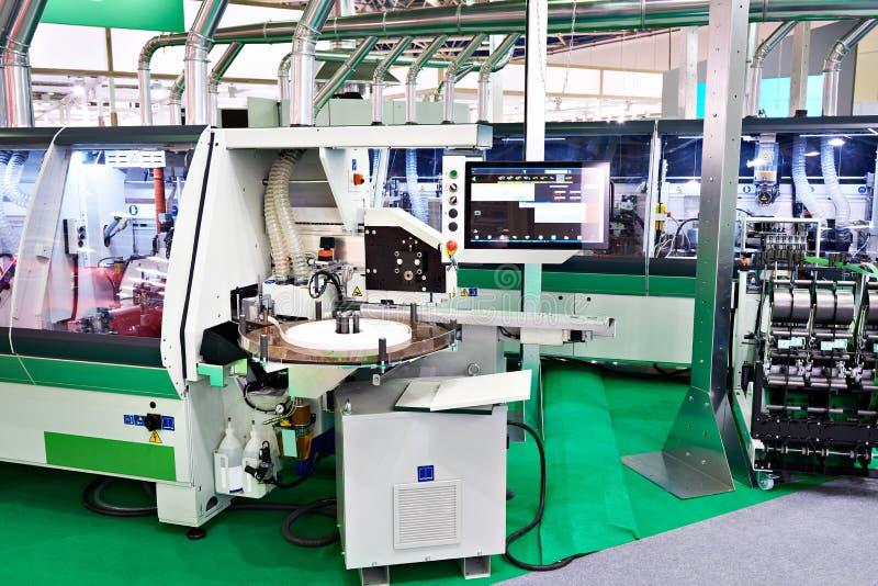 Industriële machines bij houten meubilairfabriek royalty-vrije stock afbeelding