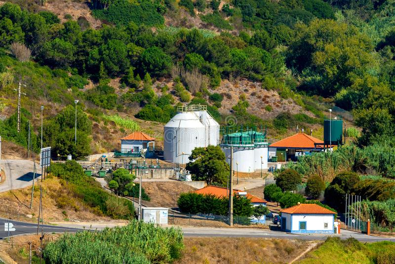 Industriële mening bij kleine van de de installatievorm van de olieraffinaderij de industriestreek royalty-vrije stock afbeelding