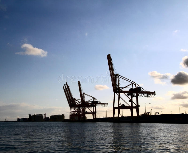 Industriële mening met de silhouetten van ladingskranen royalty-vrije stock fotografie