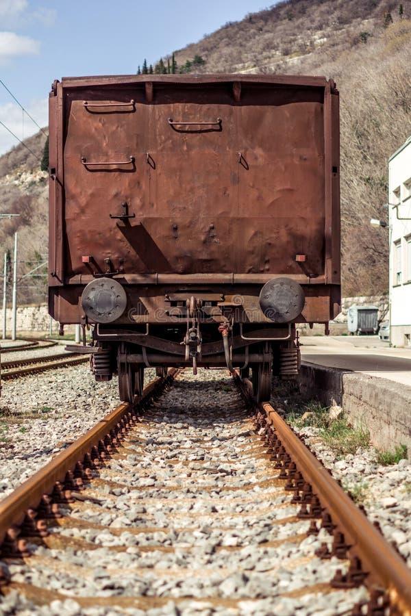 Industriële mening van de rug van een bruine die vagon met roest wordt behandeld stock afbeeldingen