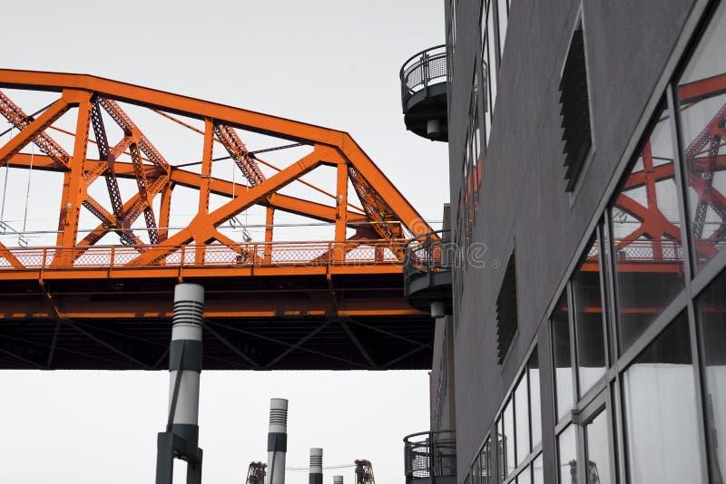 Industriële moderne stad met de bezinning van de deelbrug in productie stock afbeeldingen