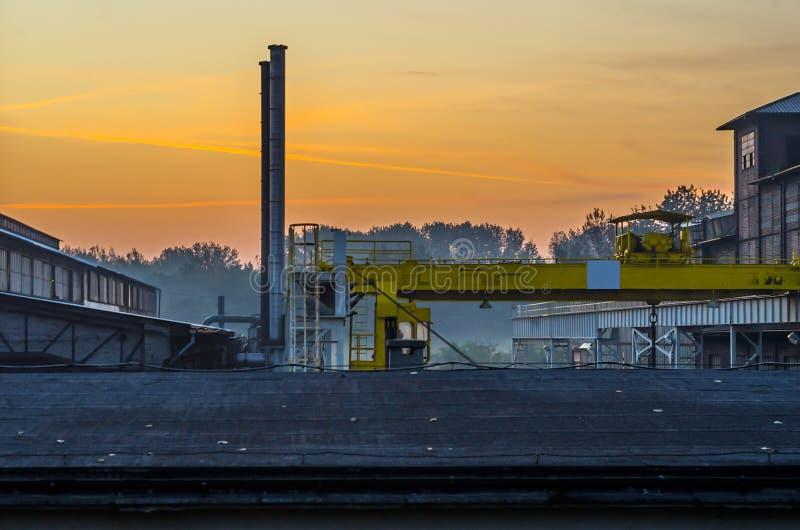 Industriële openluchtbrug en schoorsteen in het staalfabrieken openluchtlandschap stock foto