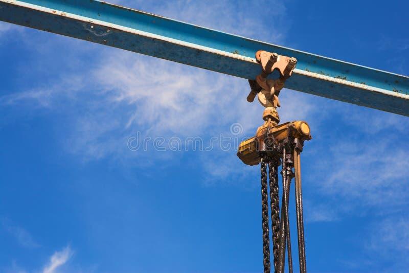 Industriële opheffende kruk en ketting stock fotografie